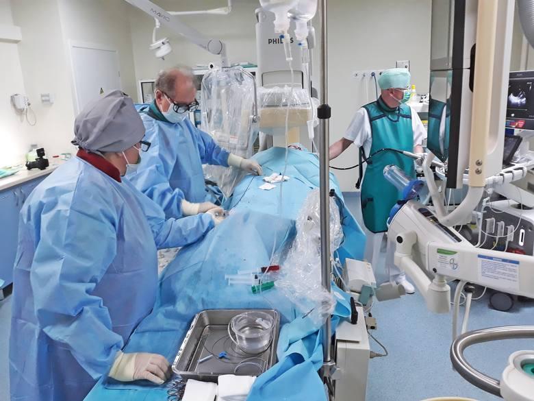 Lekarze z ICZMP w Łodzi do zamknięcia ubytku w sercu wykorzystali zapinkę. Wprowadzili ją przez plastikową rurkę poprowadzą od pachwiny aż do serca.