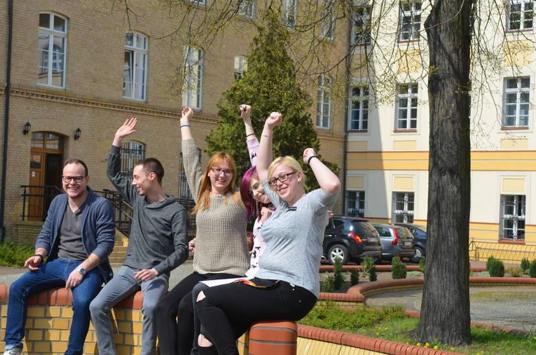 - Super, że będziemy mieli dyplom z akademii - cieszą się Samuel Dobek, Mariusz Ankutowicz, Angelika Zamrzycka, Angelika Agapow i Kinga Taisner.