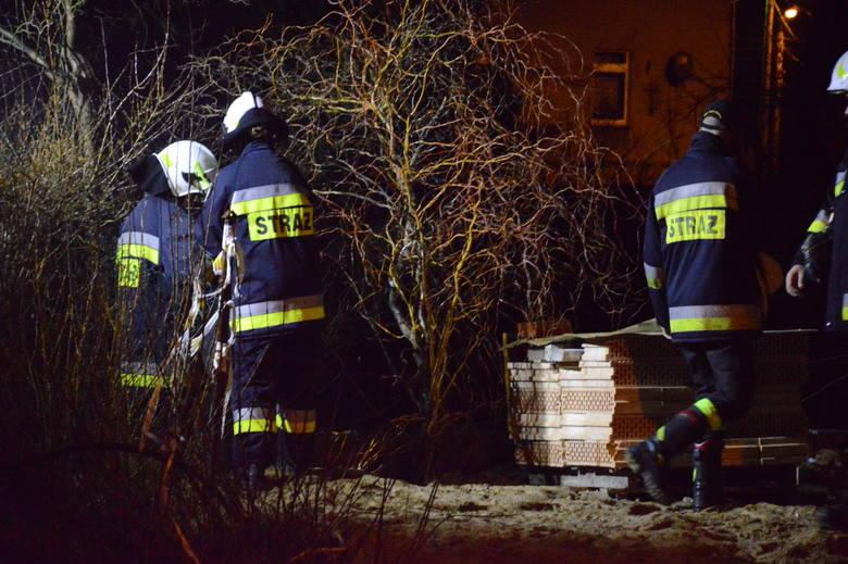 Sygnał o pożarze trawy przy ul. Sikorskiego, dyspozytor Państwowej Straży Pożarnej w Żarach dostał ok. 22.30 z numeru alarmowego 112. Miejsce wydawało