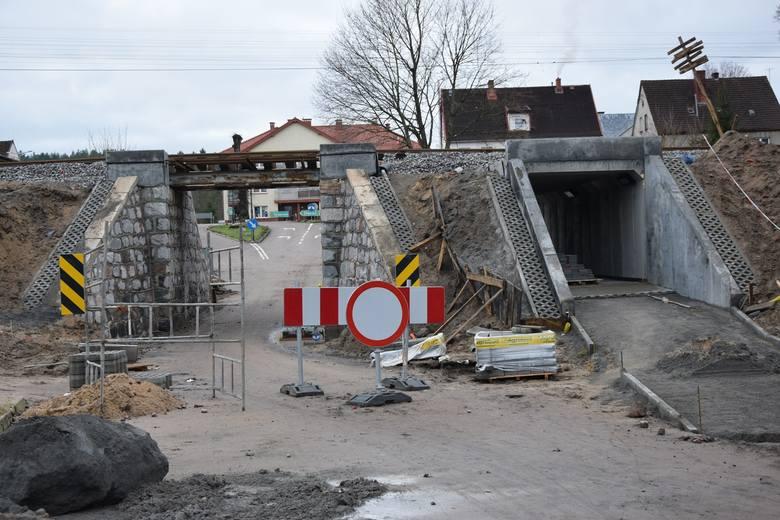Wiadukt kolejowy w Kępicach jest przebudowie. Obok powstaje przejście pod torami dla pieszych.