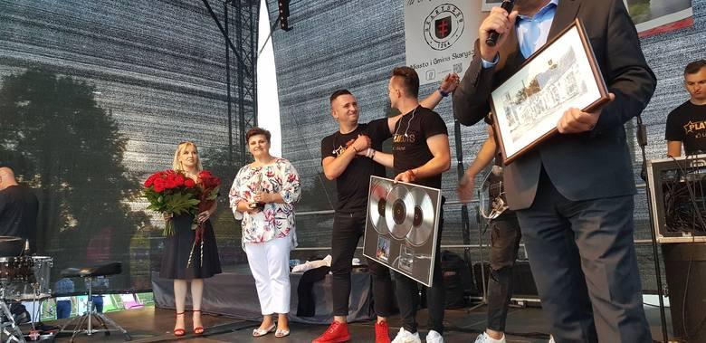 - To dla nas ważna chwila. Pierwsza oficjalna płyta przyznana przez ZPAV wręczona, u siebie, w Skaryszewie przez burmistrza Ireneusza Kumiegę i radnego
