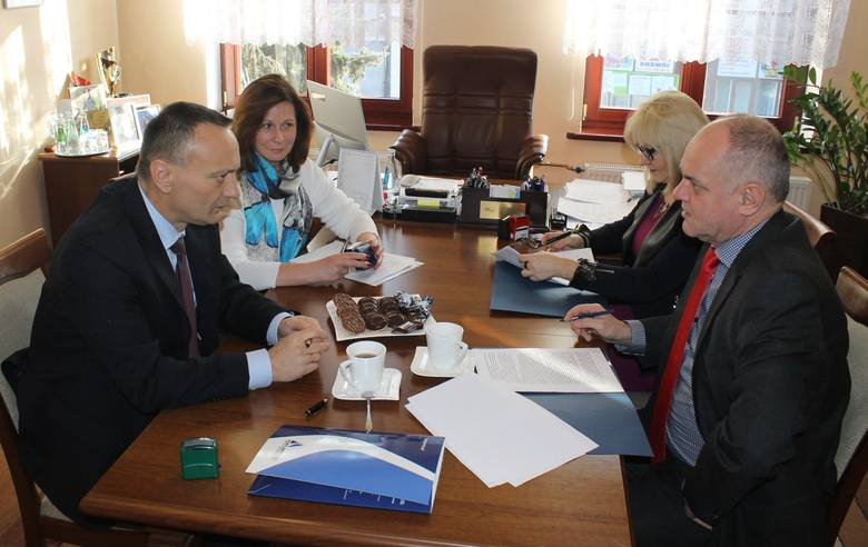 Umowa została podpisana. W spotkaniu udział wzięli: Michał Niemyt (zgodnie z biegiem zegara), wiceprezes firmy Kobylarnia, Maria Polkowska, Mariola Frankowska