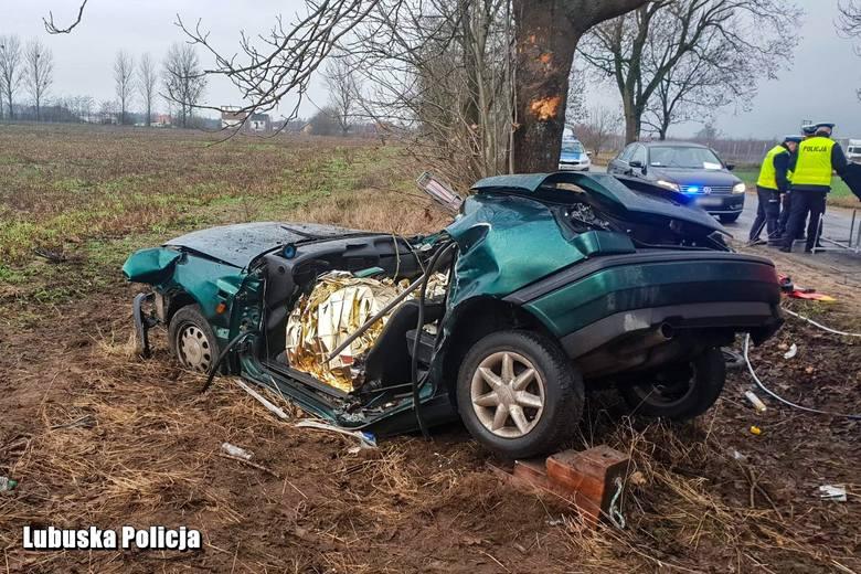 Do tragicznego wypadku doszło w piątek (21 grudnia) rano w miejscowości Niegosław pod Drezdenkiem. Kierowca volkswagena golfa stracił panowanie nad autem,