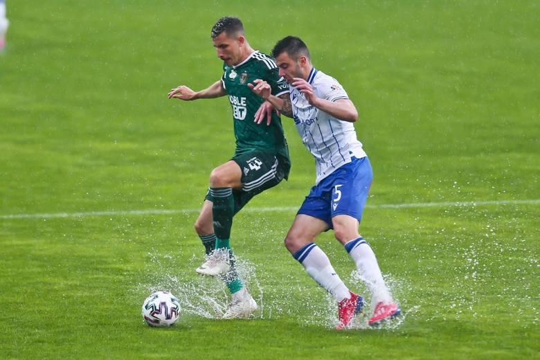 W niedzielę, jak przyznał trener Śląska Vitězslav Lavička, pogoda była przeciwko piłce nożnej. Obie drużyny chciały w nią grać, ale ciężka murawa nie