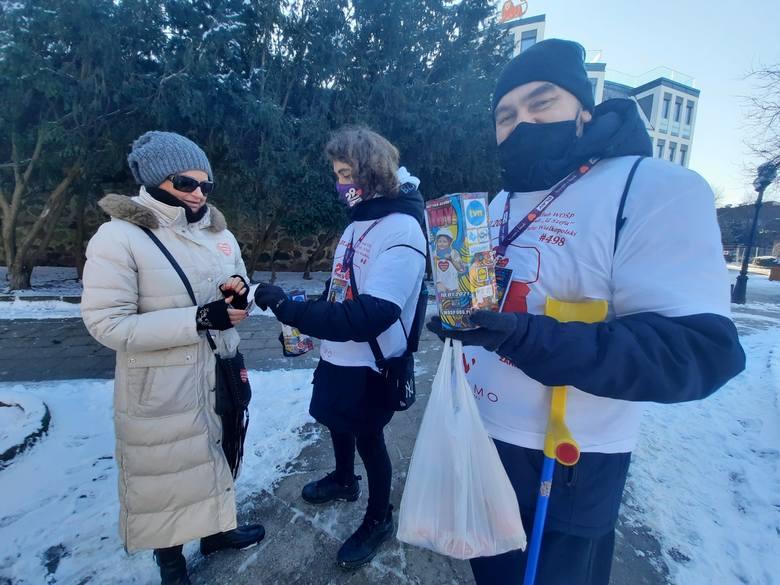 Wolontariusze w Gorzowie przyznają, że osób wrzucających pieniądze z powodu pandemii jest mniej, ale za to wrzucają więcej.