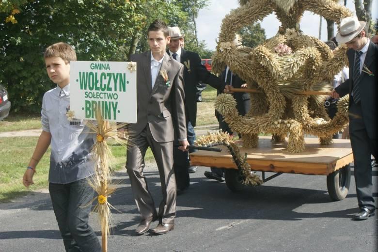 Bruny były w tym roku gospodarzem święta plonów w gminie Wołczyn. Uroczystości dożynkowe rozpoczął korowód dożynkowy, który wyruszył z boiska sportowego