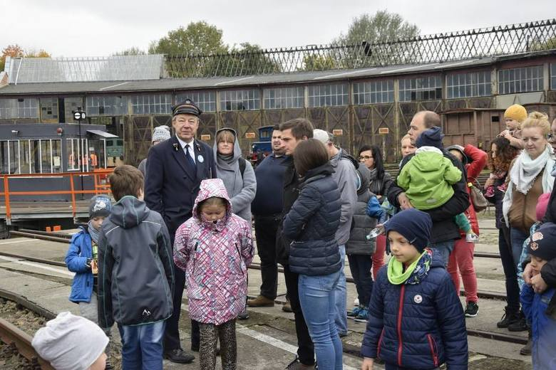To jedyna okazja w roku, by obejrzeć iluminowaną wystawę taboru kolejowego w Skierniewickiej Parowozowni. Ponadto przewidziano zwiedzanie hali maszyn, interaktywnej wystawy urządzeń sterowania ruchem kolejowym oraz wystaw czasowych.