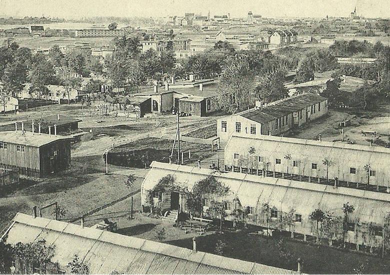 Poligonowe zabudowania toruńskiego garnizonu wojskowego. W oddali widoczna panorama Torunia