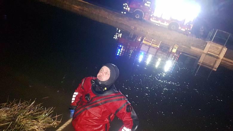 Wypadek w Suchorzowie. Samochód wpadł do wody i zatonął. W środku była 18-latka