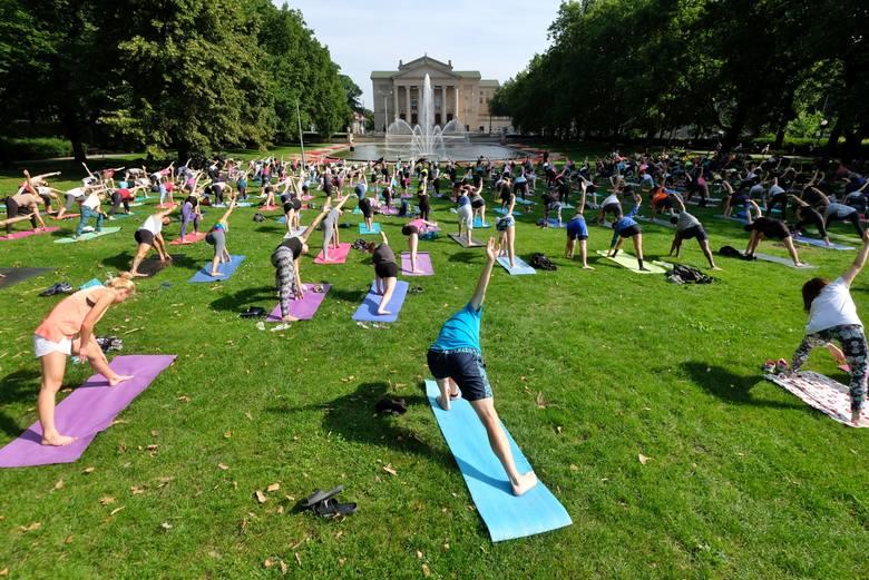 """W niedzielę w ramach projektu """"Joga przy Fontannie"""" można było poćwiczyć z instruktorami. Bezpłatne zajęcia w parku Adama Mickiewicza cieszyły się ogromnym"""