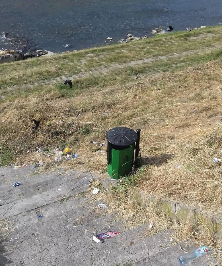 Śmieci nad Sanem w Przemyślu przybywa w zastraszającym tempie. Obok stoją puste kosze. Wypoczywającym nad rzeką młodym ludziom odpadki najwyraźniej nie
