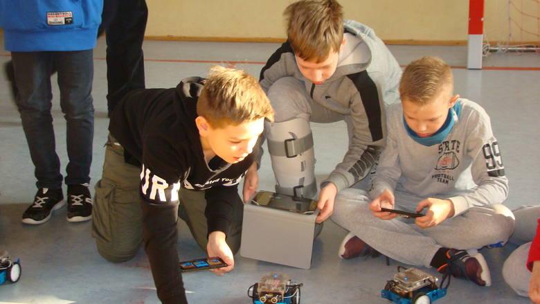 W ubiegłym roku fundacja koncentrowała się głównie na wspieraniu projektów edukacyjnych, inicjatyw popularyzujących stosowanie nowych technologii oraz
