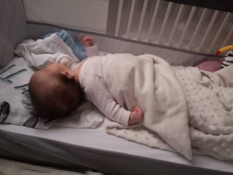 """Lekarze szacują, że rodzin, w których więcej niż jedno dziecko rodzi się z mikrocją, na całym świecie jest mniej niż dziesięć. Dzieci, które tak, jak Mikołaj i jego siostra Julka rodzą się z niewykształconymi uszkami, nazywa się """"mikrocjanami""""."""