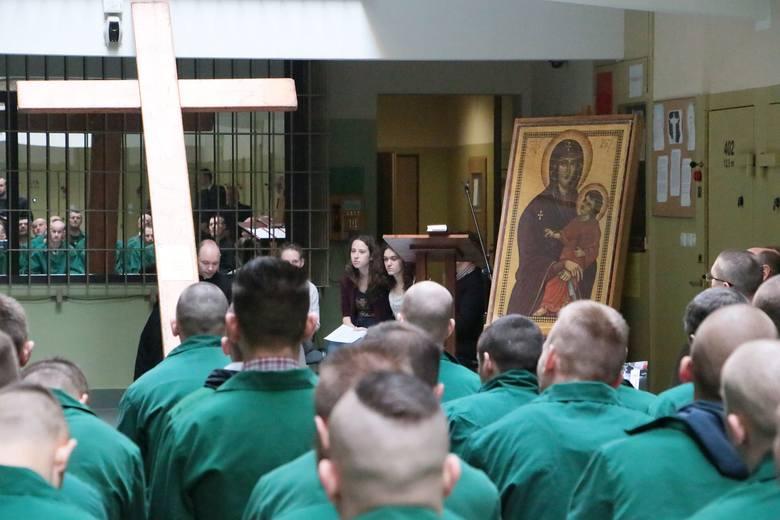 Ikona Matki Bożej i krzyż za kratami aresztu