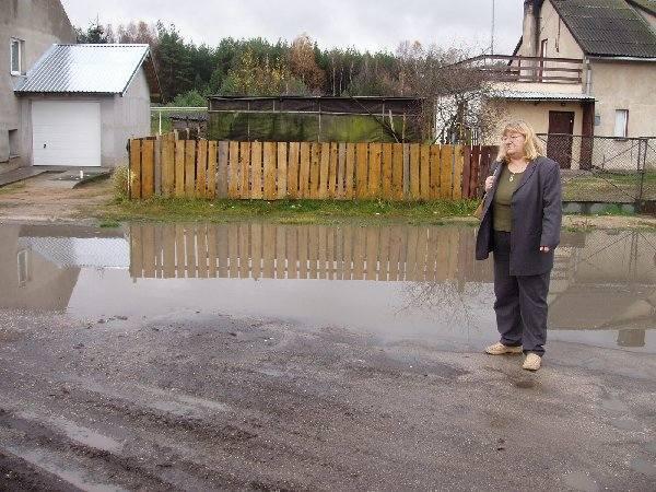 Na ulicy Gajowej w Rudzkim Moście, przy której  mieszka Elżbieta Meyer, po opadach deszczu  tworzy się taka kałuża.