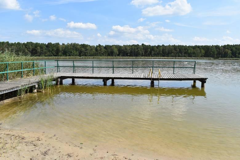 """""""Plaża"""" i pomost nad jeziorem Granicznym. Woda przy pomoście sięga do kolan..."""