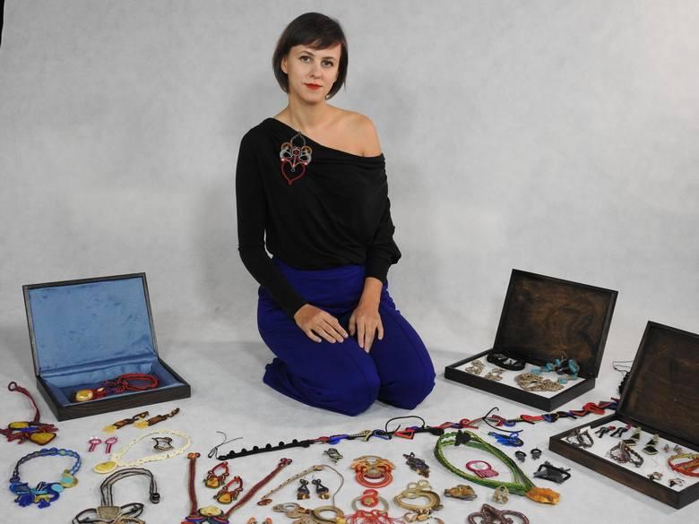 Małgorzata Podgórska z kawałka sznurka, koralików i kamieni ozdobnych potrafi wyczarować przepiękną biżuterię.