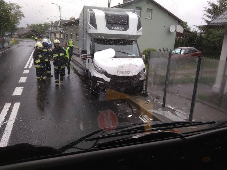 We wtorek doszło do kolizji w Suchorzu na drodze krajowej nr 21. Kierowca samochodu dostawczego, który jechał w kierunku Trzebielina, podczas wyprzedzania