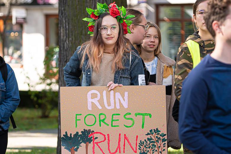 Nowy Sącz. Młodzieżowy Strajk Klimatyczny na sądeckich plantach. Walczą o swoją przyszłość i planetę [ZDJĘCIA]