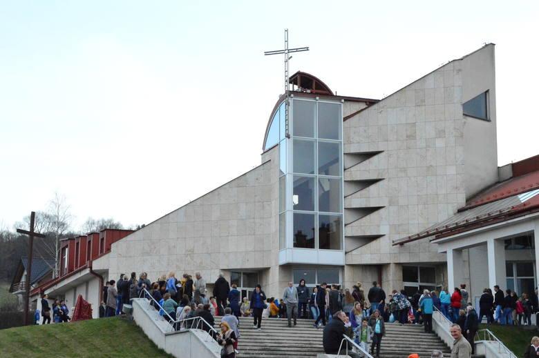 Parafia św. Brata Alberta w MyślenicachW czasie mszy w kościele może jednocześnie przebywać do 50 osób.