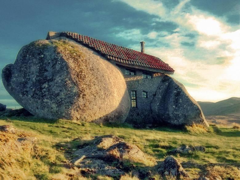 Niezwykły, wtopiony w krajobraz naturalny budynek powstał w 1974 r. w północnej Portugalii. Cztery ogromne głazy tworzą jego fundamenty, ściany oraz