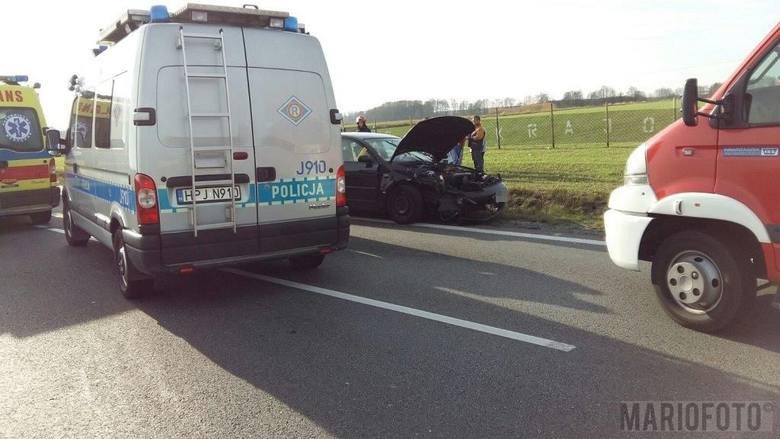 Wypadek na drodze krajowej nr 45 w Chrzowicach pod Opolem. Jak wynika z pierwszych ustaleń policji 46-letni kierowca volkswagena passata podczas wyprzedzania