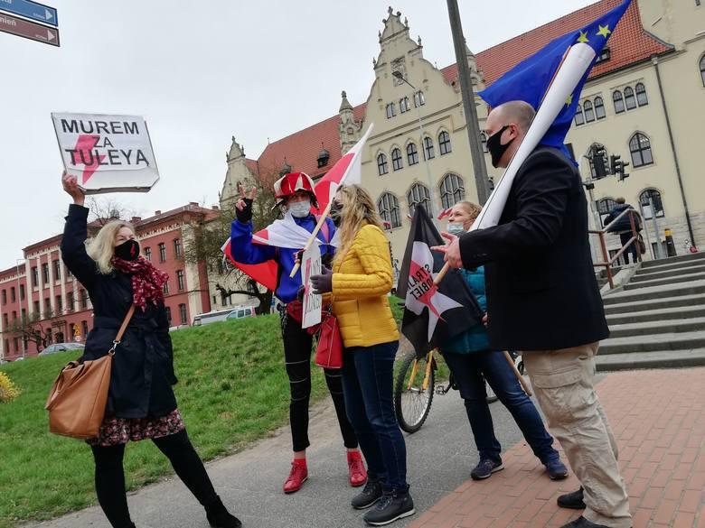 Obwinionego ojca wspierali przed bydgoskim sądem przeciwnicy ograniczania wolności, w tym Ilona Michalak i Roman Godlewski.