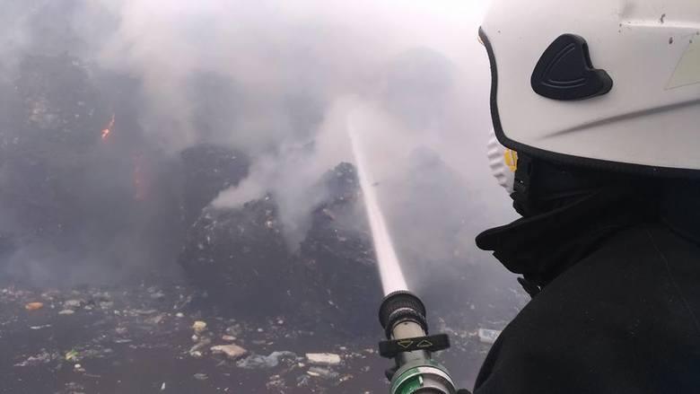 Płonącą, olbrzymią górę śmieci  (ma 12 metrów wysokości) trzeba było rozbierać po kawałku i polewać wodą.