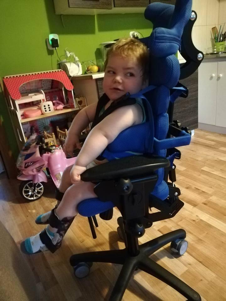 Takie krzesełko rehabilitacyjne mały dostał ostatnio. Rodzice zapłacili tysiąc złotych. Non stop mają jakieś wydatki.