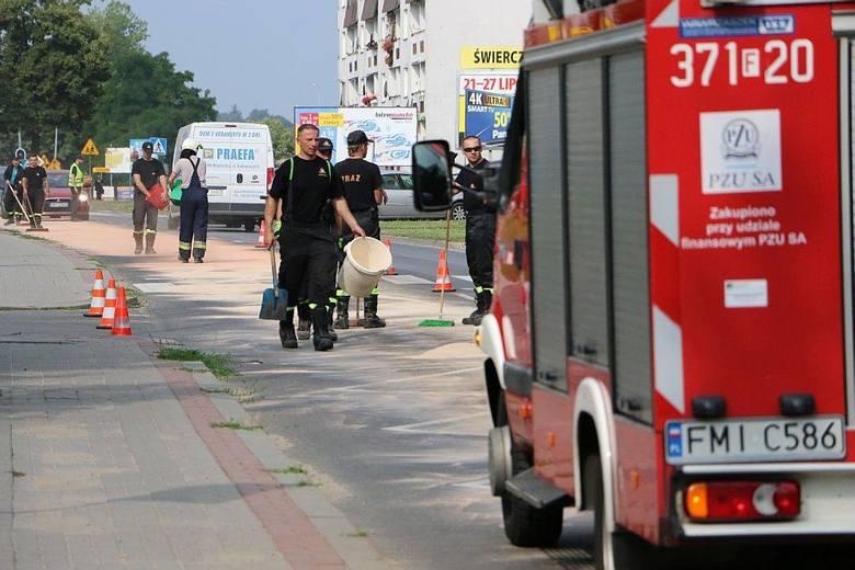 Strażacy usuwają smugę oleju na ul. Zachodniej i Wojska Polskiego w Międzyrzeczu.Wyciek zauważono około godz. 8.00. Smuga ma kilkaset metrów. Ciągnie