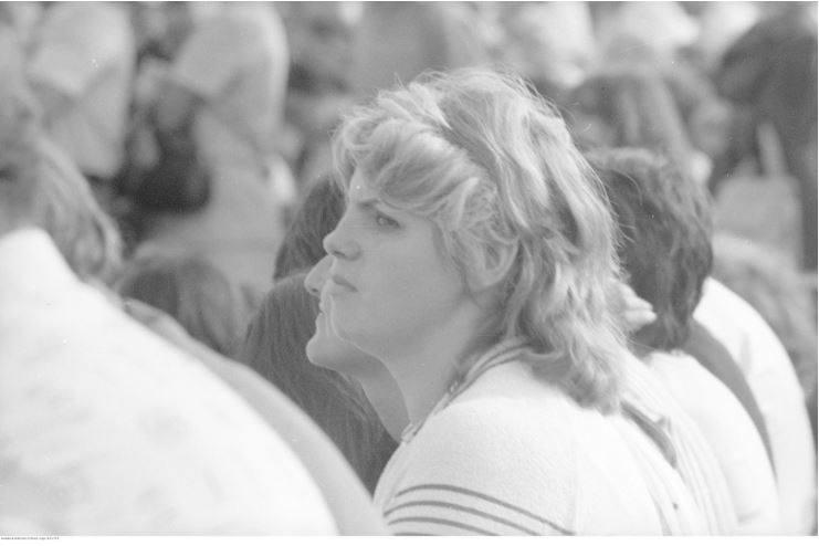 Pobyt papieża Jana Pawła II w Oświęcimiu-Brzezince podczas I pielgrzymki do Polski. Uczestnicy mszy św. celebrowanej przez papieża Jana Pawła II na terenie byłego obozu Auschwitz II - Birkenau. Na pierwszym planie widoczna nierozpoznana kobieta.<br /> Data wydarzenia: 1979-06-07