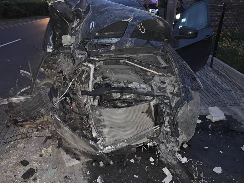 Kierowca bmw wypadł z drogi i ściął kilkanaście metrów ogrodzenia, po czym uderzył w budynek.