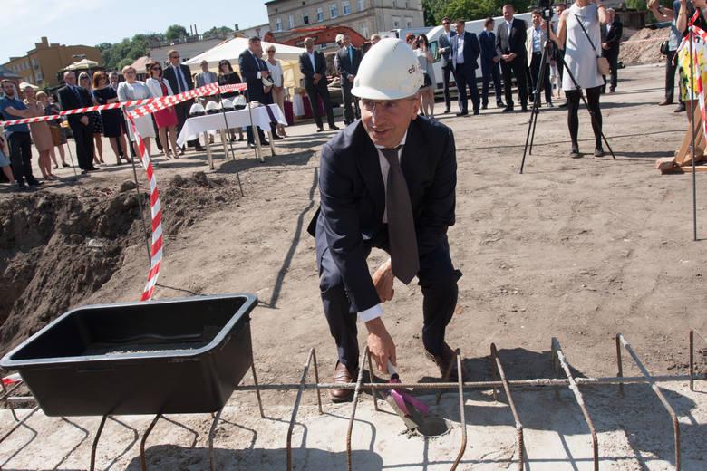 W centrum Bydgoszczy powstaje wielki biurowiec.