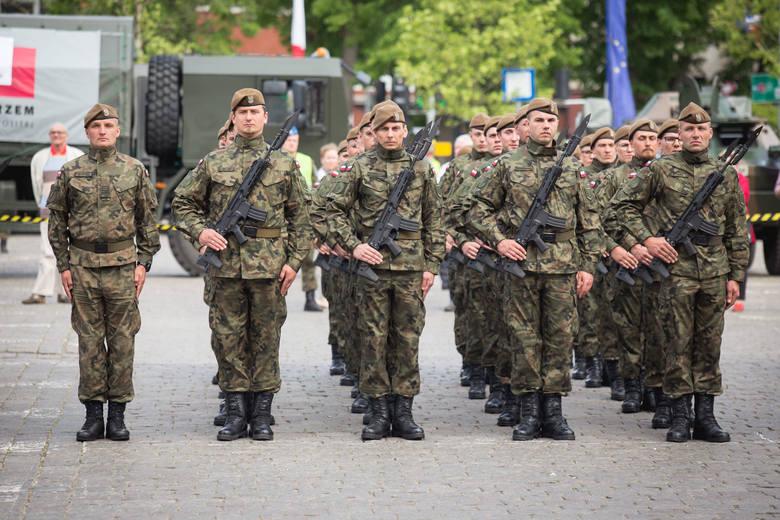 Kilkudziesięciu nowych żołnierzy Wojsk Obrony Terytorialnej zakończyło szkolenie. W czwartek terytorialsi przysięgali w Słupsku. W całym kraju jest ich