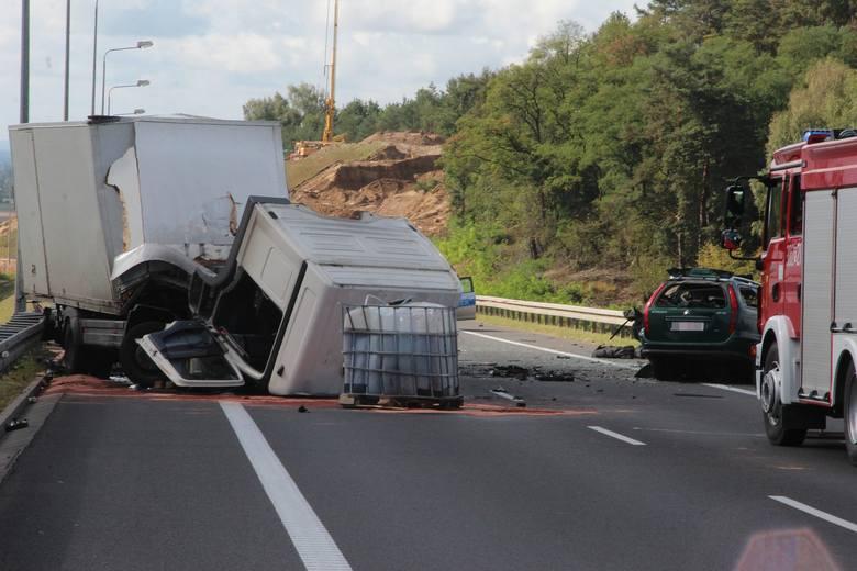 Na obwodnicy Gorzowa Wlkp. kierowca osobówki podczas manewru wyprzedzania zderzył się czołowo z jadącą z naprzeciwka  ciężarówką. W wyniku zderzenia