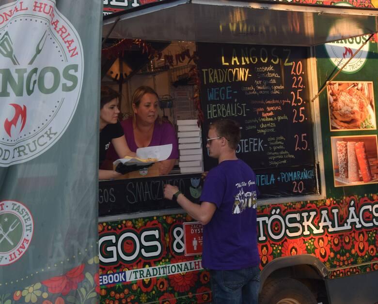 Po raz kolejnych na Rynku Wielkim w Szydłowcu stanęły food trucki. Kilkanaście wozów zostanie aż do niedzieli. Z ich oferty w sobotę będzie można skorzystać