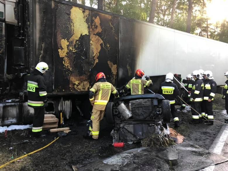 Między Toruniem a Bydgoszczą na drodze krajowej numer 10 w miejscowości Emilianowo zderzył się samochód osobowy z ciężarowym.Samochód osobowy został