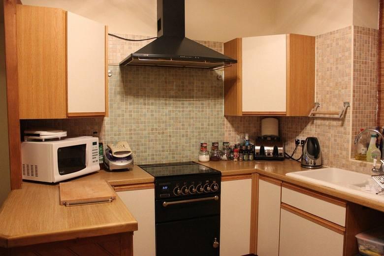 MIKROFALÓWKAW wielu gospodarstwach domowych jest używana również kuchenka mikrofalowa, szczególnie do podgrzewania i rozmrażania. Średnia moc takiego