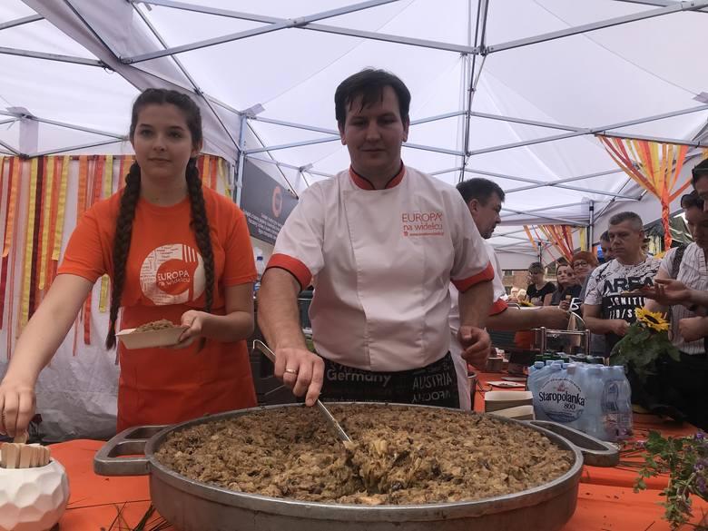 Tradycyjnie za kupon w cenie 5 złotych można było dostać jedną z europejskich potraw przygotowywaną w kuchniach pod namiotami.
