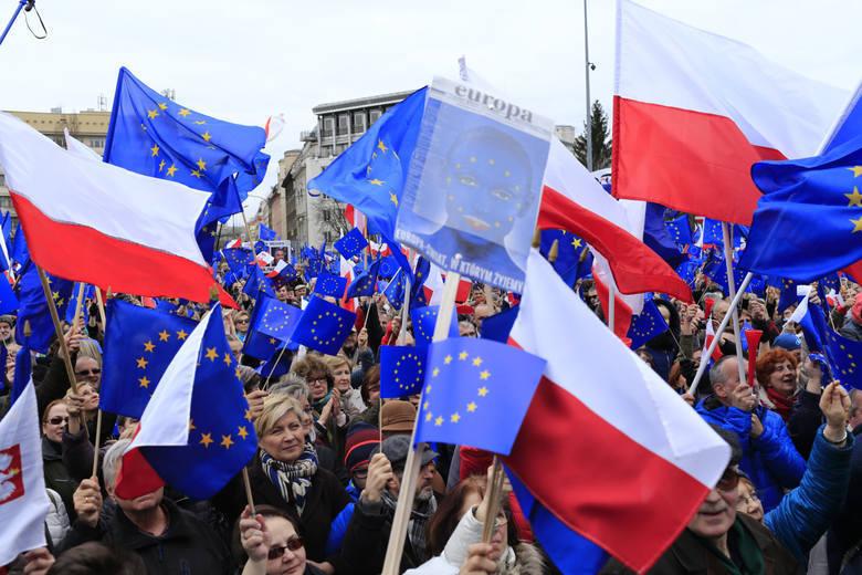 1 maja 2004 roku do Unii Europejskiej wstąpiło aż 10 nowych państw. Były to Polska, Estonia, Litwa, Łotwa, Czechy, Słowacja, Węgry, Cypr, Malta i Słowenia.