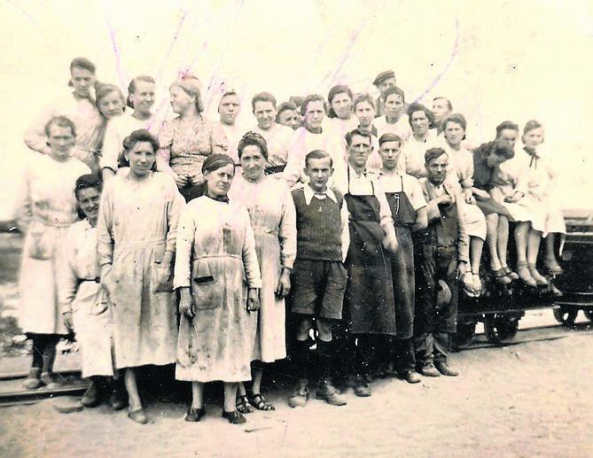 Grupa pracowników z niemieckich zakładów amunicyjnych, jakie znajdowały się w pobliżu dworca Toruń Północ. Tadeusz Kraśniewski w środku