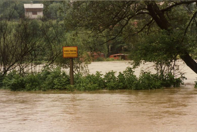 """W lipcu 1997 roku przez Polskę przeszła """"Powódź Tysiąclecia"""". Drugi tydzień lipca w roku 1997 przebiegał w południowej Polsce pod znakiem"""