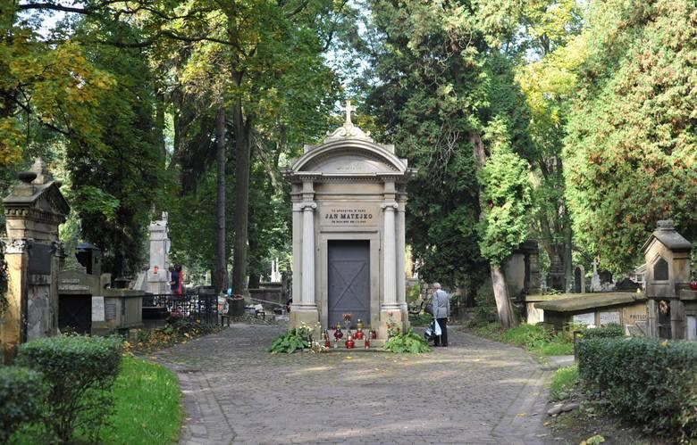 Grobowiec Jana Matejki. Lokalizacja: cmentarz Rakowicki, aleja główna, między pasem 43 a 45