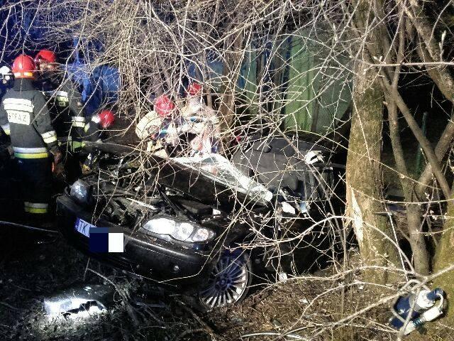Do groźnie wyglądającego wypadku doszło nocą z piątku na sobotę w Mąchocicach Kapitulnych w powiecie kieleckim. Kierowcę uwięzionego w rozbitym BMW uwalniali