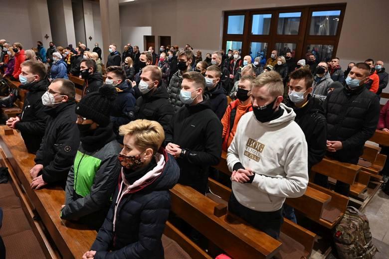 """Odbyła się szósta Nocna Droga Krzyżowa - w tym roku pod hasłem """"Krzyż w więzach wspólnoty"""". Limit uczestników wynosił 150 osób. Było to spowodowane obostrzeniami"""