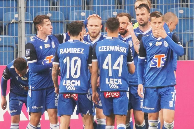 Lech Poznań pewnie pokonuje Wisłą Kraków 2:1, choć w końcówce lechici doprowadzili do lekkiej nerwówki.