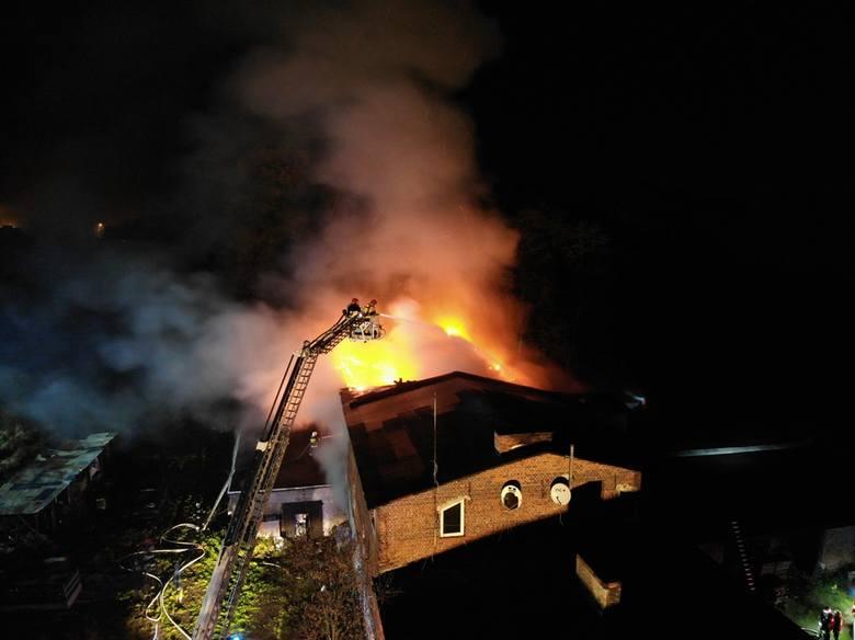 W czwartek wieczorem w Domu Pomocowo-Opiekuńczym Ankar w Białej (pow. czarnkowsko-trzcianecki) wybuchł pożar. Ogień objął 1/3 schroniska. Na miejscu