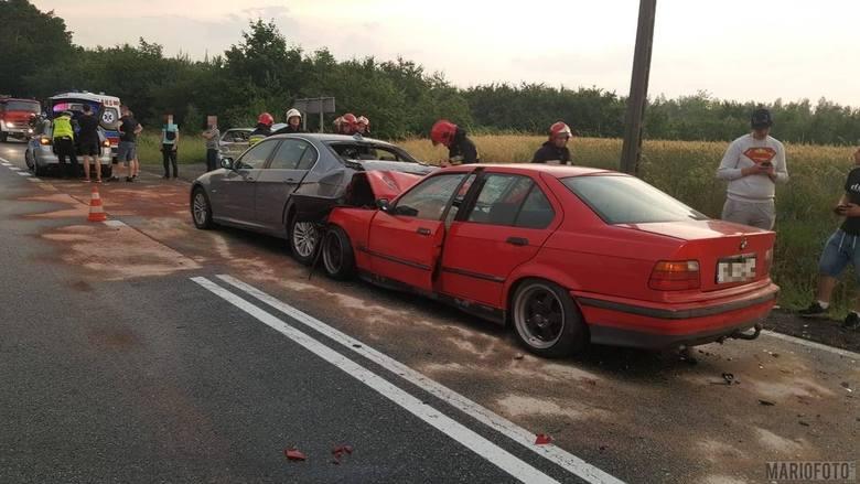 Zderzenie trzech samochodów na drodze krajowej 46 w Jaczowicach koło Niemodlina. Z ustaleń policji wynika, że 20-letni kierowca BMW najechał na inny