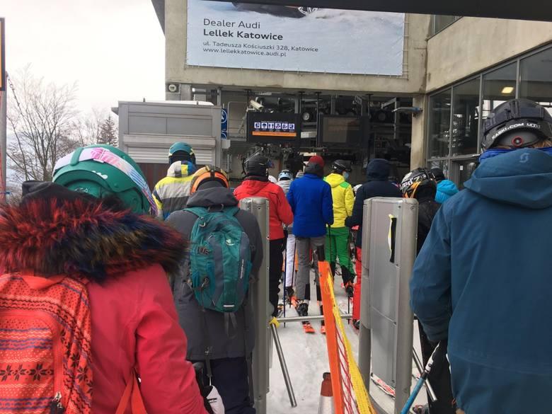 W Beskidach rozpoczął się narciarski weekend. Spory ruch panuje m.in. w Beskid Sport Arenie.Zobacz kolejne zdjęcia. Przesuwaj zdjęcia w prawo - naciśnij