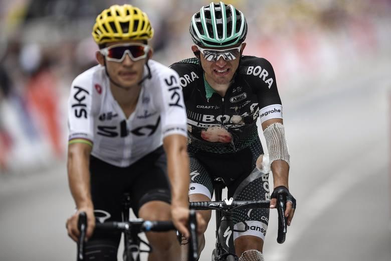 Michał Kwiatkowski (z lewej) pomógł poturbowanemu Rafałowi Majce dojechać do mety niedzielnego etapu Tour de France.